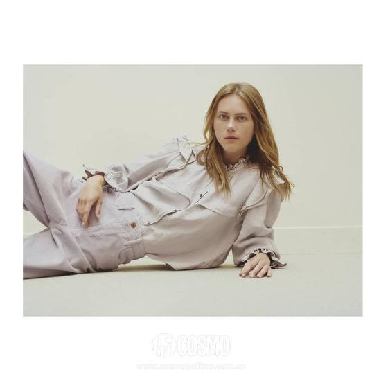 入门级别是品牌这件经典款:有点泡泡袖设计,歪歪的蝴蝶结有点俏皮。