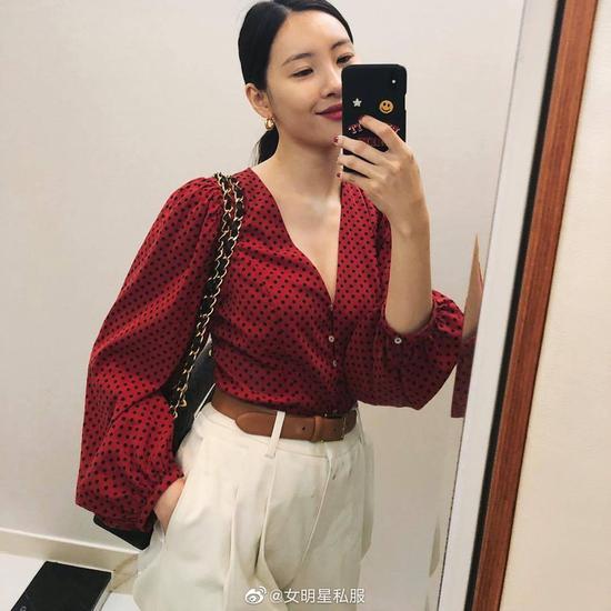 李宣美身着Zara衬衫