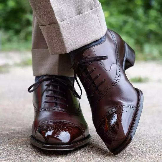 因此刀锋战士想换成运动鞋时,我会建议选择有点流线型线条的修长休闲鞋款。