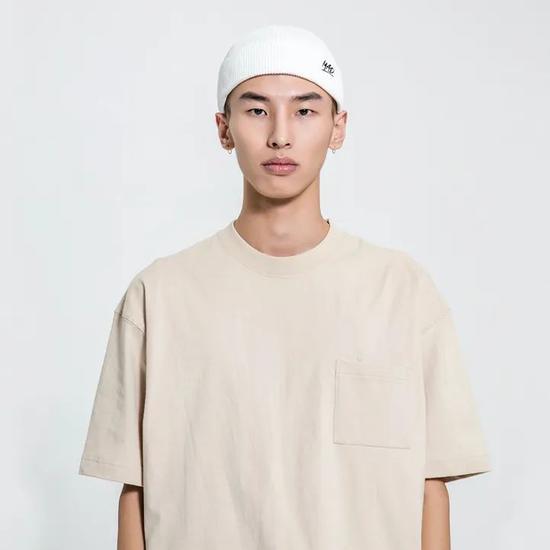 羡慕王嘉尔的穿搭?衬衫、冷帽和项链就能复制