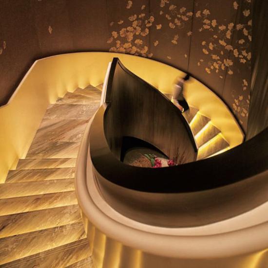 北美设计组合雅布设计的北京华尔道夫酒店包含他们善用的旋转楼梯元素。