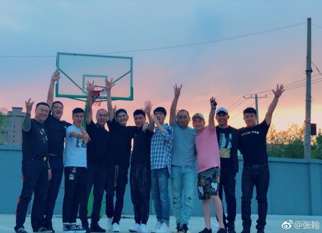 张翰李易峰晒同学聚会合照 明星真的比同龄人显年轻