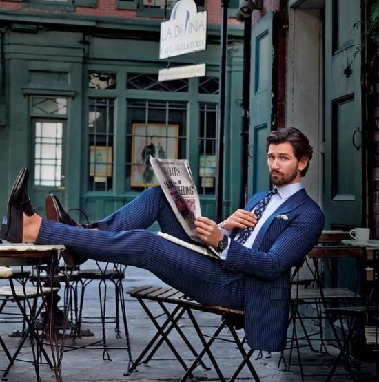 如果没有定做西装,买的都是大货的话,就一定要注意绅装大小程度: