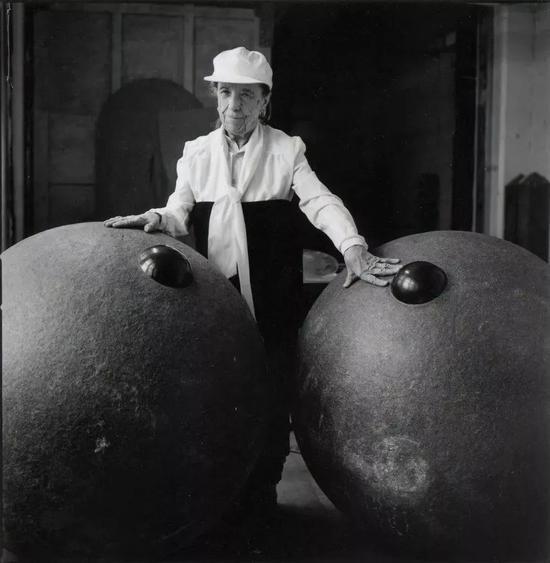 让-弗朗索瓦·卢梭(Jean-FrançoisJaussaud),《路易丝·布尔乔亚,布鲁克林,1995:我们的朋友》(Louise Bourgeois, Brooklyn, 1995: Nos Amis),1995,图片致谢 Maison Gerard 画廊