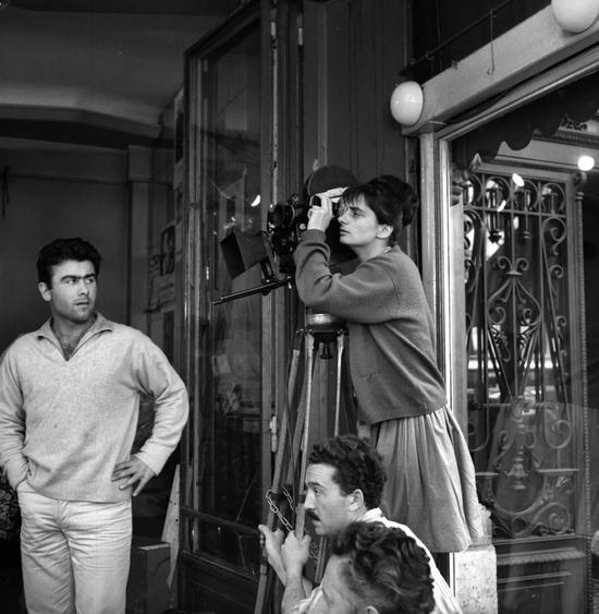 1961年阿涅斯·瓦尔达在拍摄《五点到七点的克莱欧》时的场景。图片:Photo by Roger Viollet/Getty Images