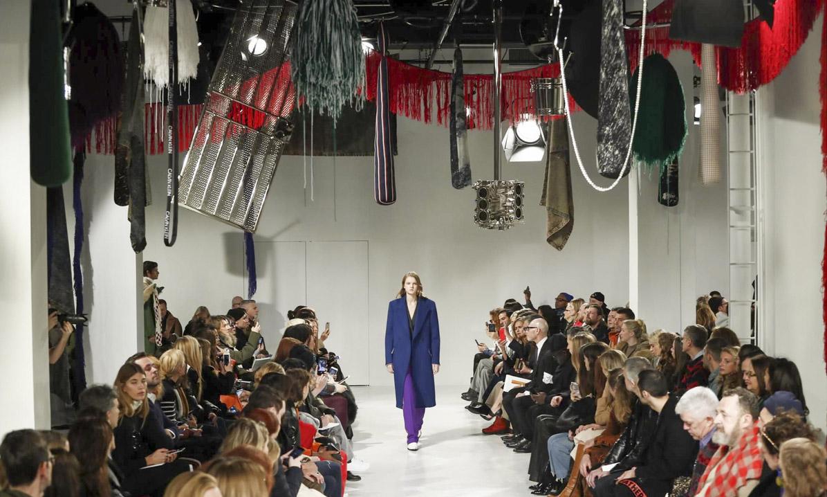 Raf Simons 在Calvin Klein 的首秀,同样请来了合作过多次的美国艺术家 Sterling Ruby 布置秀场 (图片来源:VOGUE)