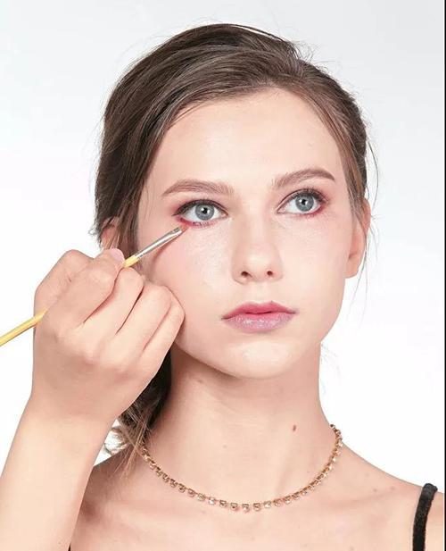 Step2:下眼线位置,可扫上金属红色,形成活力的红色下眼线。