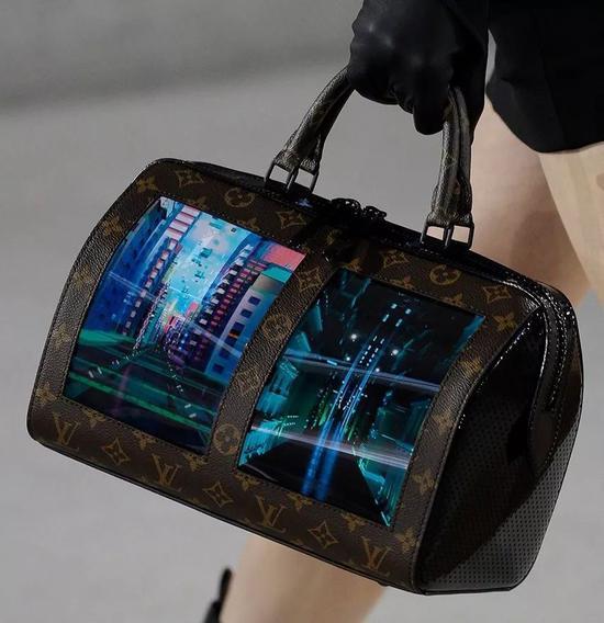 louis vuitton 2020 ss 也出现同样的 OLED箱包