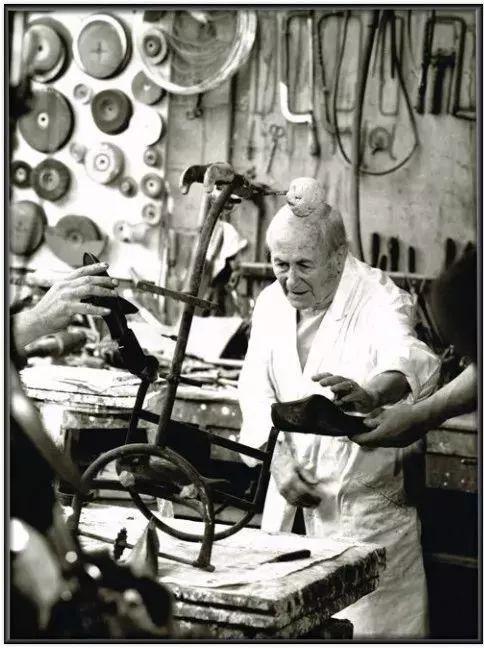 克洛维斯·普雷沃(Clovis Prévost),《1973年,米罗位于默东的克莱门蒂铁铺》(Miro Chez Le Fondeur Clementi A Meudon En 1973),1973。图片致谢 Fairhead Fine Art Limited