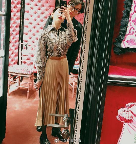 李宣美身着MSGM衬衫搭配Zara半裙