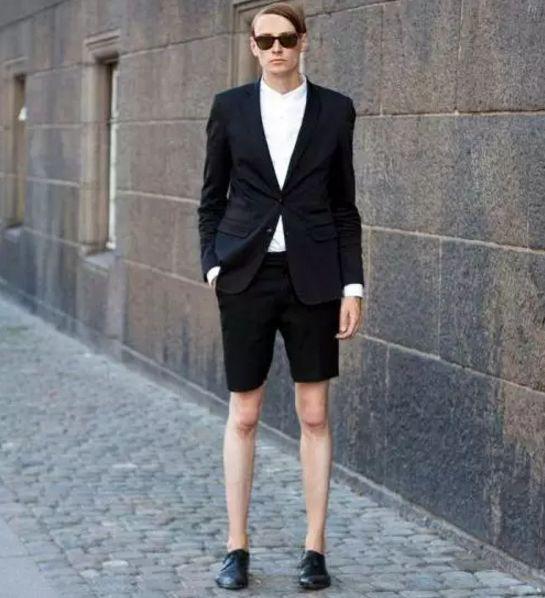 穿上西装,搭配双慢跑鞋,也同样吸睛▼