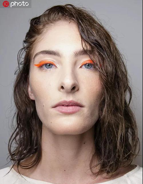 时装周一向喜欢这种大胆的霓虹眼线。