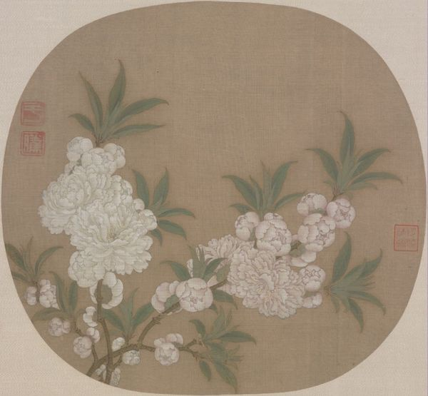 《碧桃图》页,宋,纨扇页,绢本,设色,纵24.8厘米,横27厘米。故宫博物院藏。