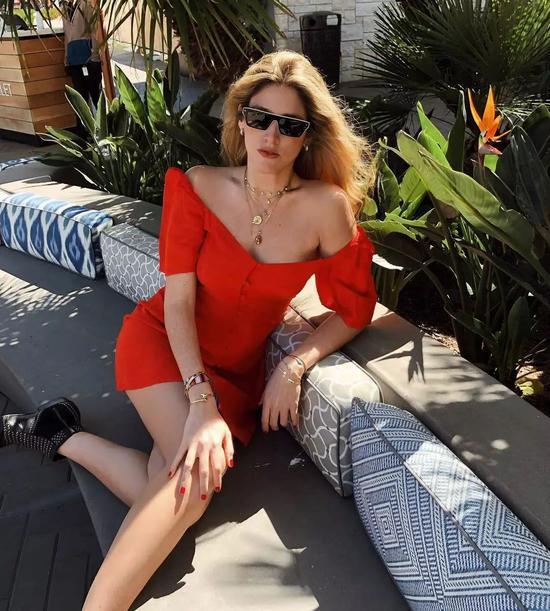 """宋茜的一袭红裙 让我想起了那些年的""""经典造型"""""""