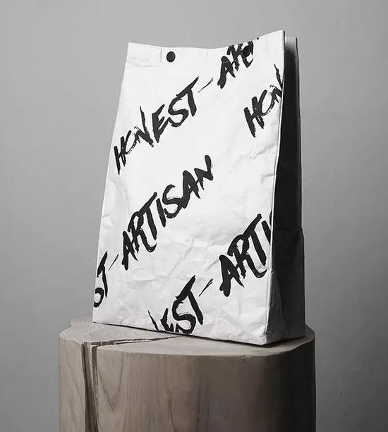 有纸的纯粹感,易折叠,最重要的是耐用,像这款包包可以承受9kg的重量。