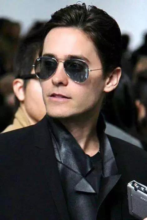 左图为Johnny Depp在电影中《Donnie Brasco》中的造型,in Ray-Ban.