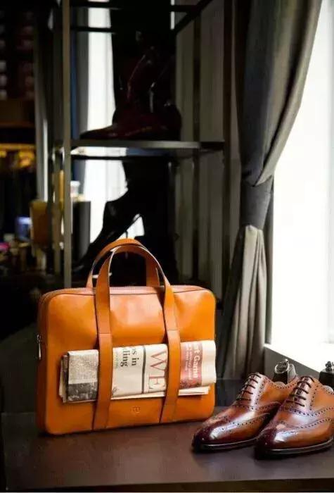 不过这款包配便装很适合,尤其适合年轻人,搭配休闲装上班也是可以的。
