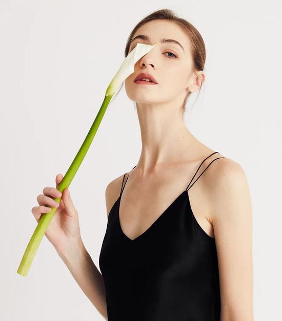 美极了的真丝吊带 丝滑的触感高级的性感