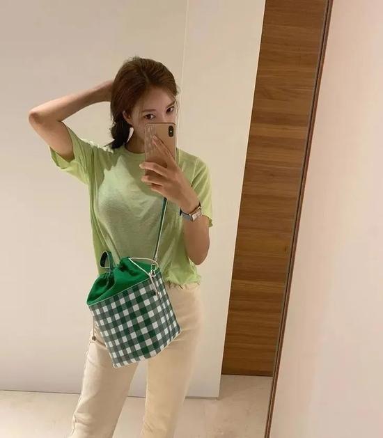 赵丽颖一张路透生图 一百万网友种草了她的饭盒包