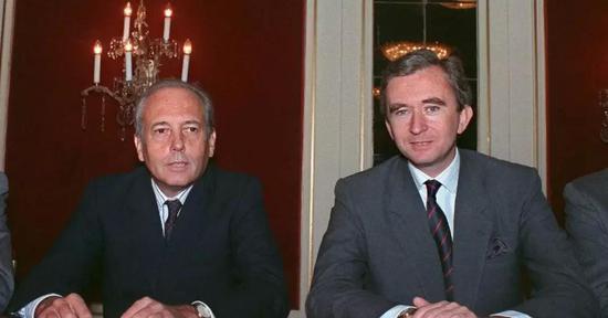 图为Alain Chevalier(左)与LVMH现任董事长兼首席执行官Bernard Arnault