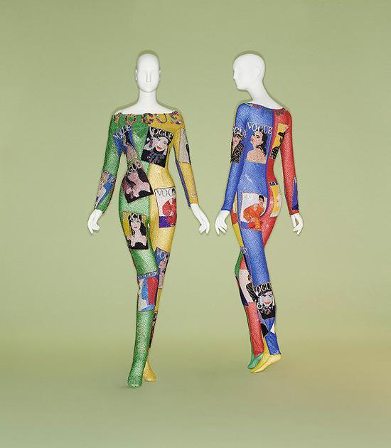 """坎普:时尚笔记""时装展展出之一:Gianni Versace。 Jumpsuit, spring/summer 1991。图片来源: Johnny Dufont"