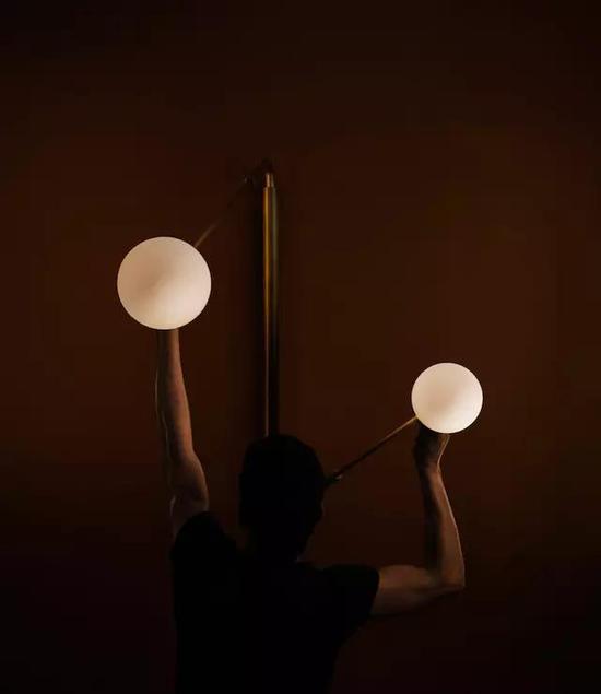 用户可以根据实际需求将光源调整到合适的位置