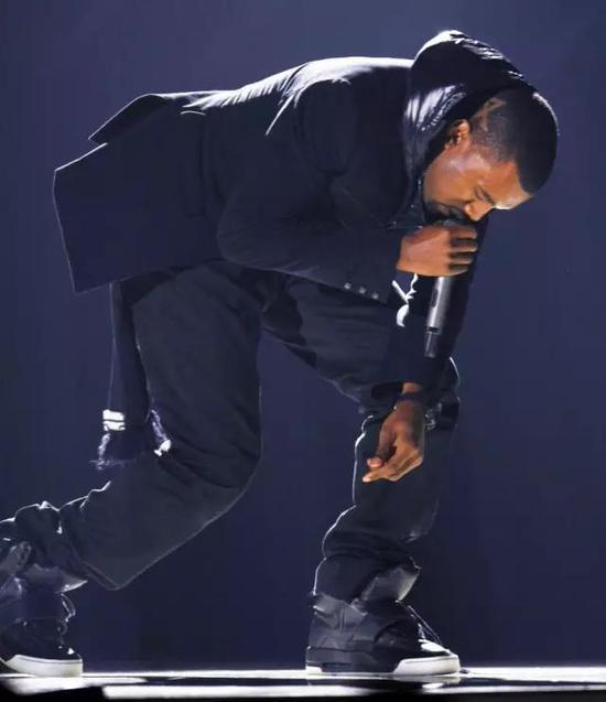 """2008 年格莱美颁奖礼上,侃爷穿着""""Nike Air Yeezy""""亮相舞台"""
