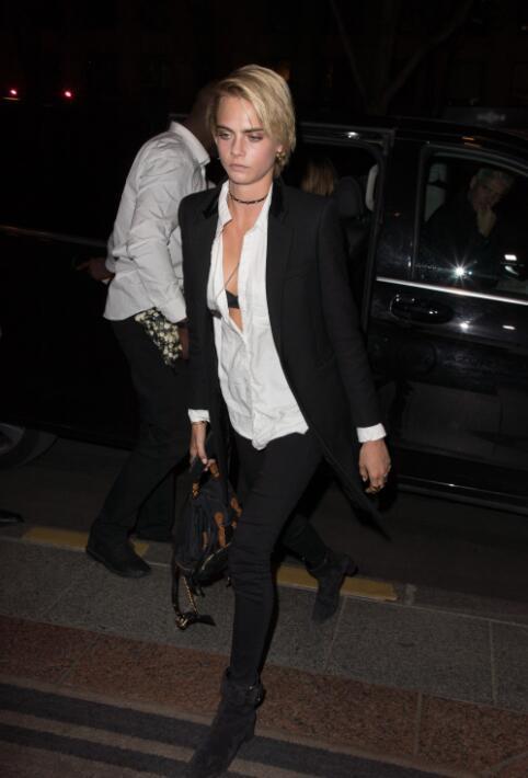 黑色西装与白衬衫也是多年的好基友了,短发的Cara有没有成功吸引你的注意力?