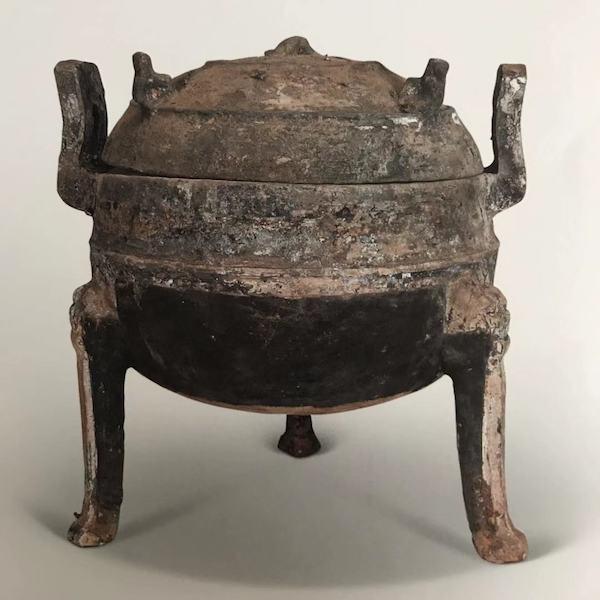 灰陶鼎战国 高26厘米,口径16.8厘米,腹深13.5厘米