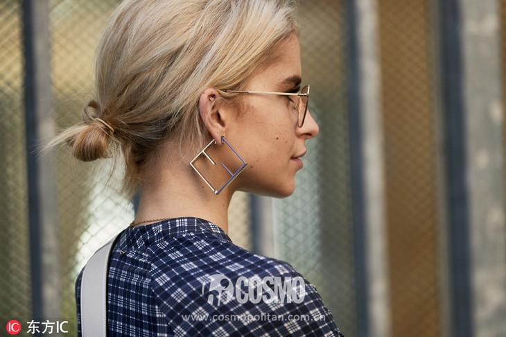 耳环:Fendi