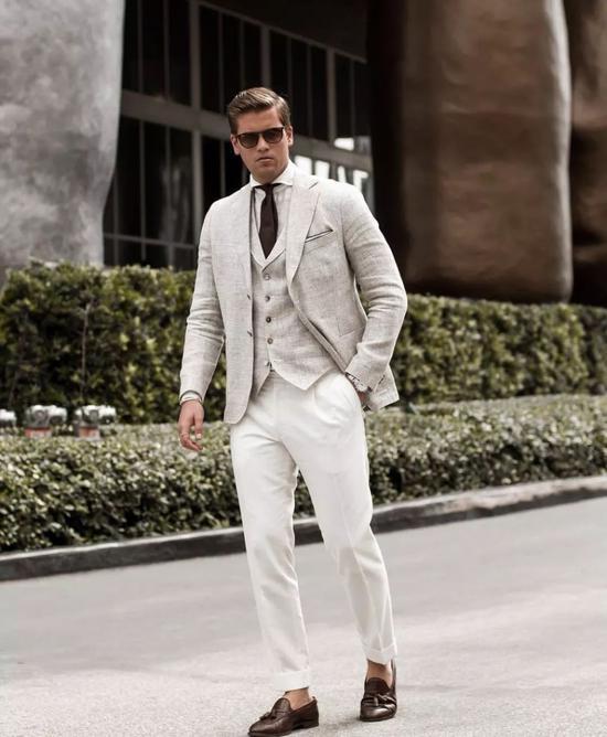也可以正式的西装搭配休闲风格的鞋和裤装▼