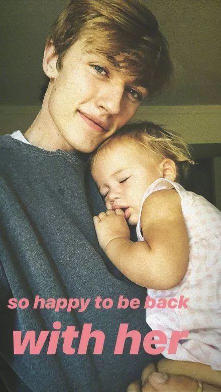 他几乎把所有的时间都用来陪伴女儿的成长,给予她最温柔温暖的父爱。