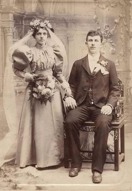 △ 1890时的婚纱,勒紧的腰部和蓬松的裙摆