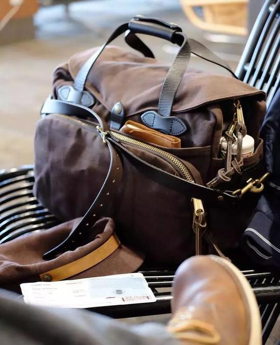 不过之前 Leo 在浏览它家的包袋时,却发现了原来也有皮质手包产品。
