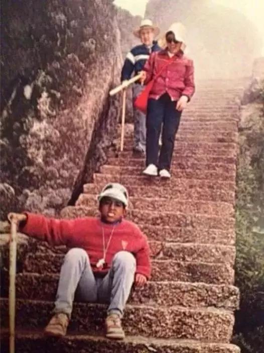 Kanye和学校的老师们一起爬黄山