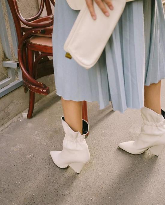 ▲确认过眼神,皮短靴,就是百褶裙的最佳CP。为什么呢?