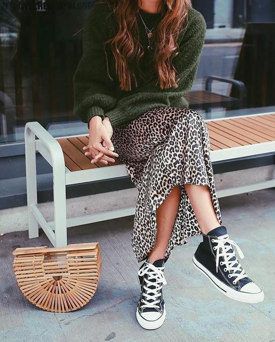 针织上衣搭配半身裙 穿出气质好身材_第2页_m.y2ooo.com