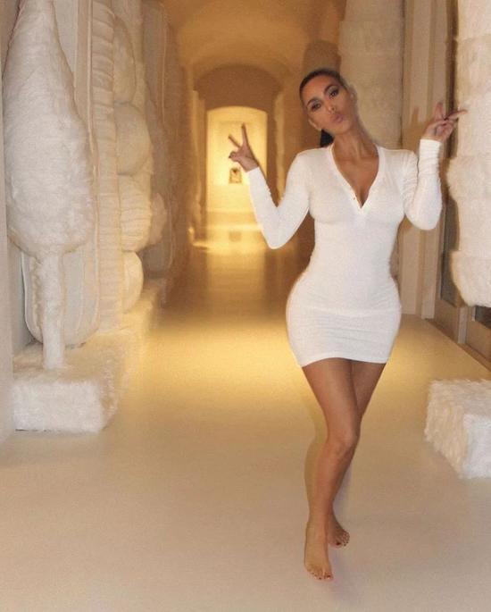 ▲ 卡戴珊给自己的内衣品牌skims带货,基本都在家里完成拍摄;