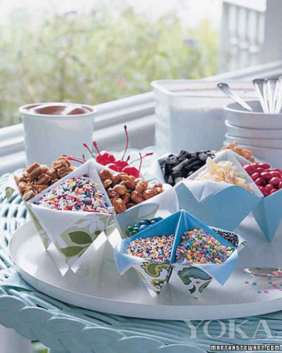 用摺紙的東南西北來裝零食 圖片來自Martha Stewart