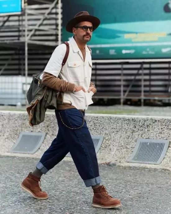 与格子衬衫搭配在一起,加上背带和咖啡色大衣,造型也充满文艺复古风情。