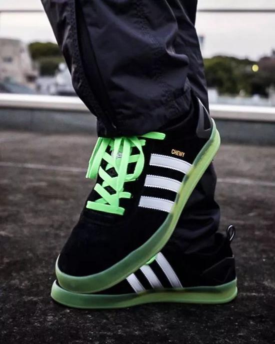 ②鞋子颜色太花用黑白鞋带去压