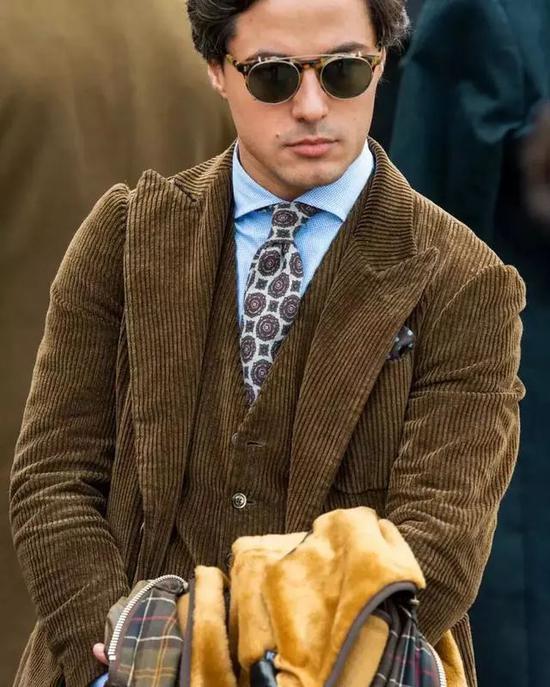 搭配呢料西装时,领带选得越花哨越有色彩感越好。