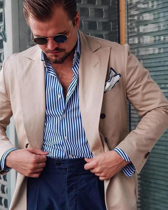 或者海军蓝条纹双排扣绅装,只要剪裁合身,布料高级,怎么也差不了。