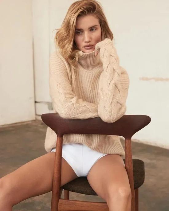 緊跟時髦的方式要點就是毛衣上的衣領