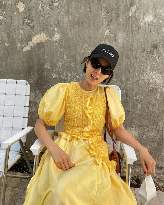 这个夏天 连衣裙要配棒球帽!