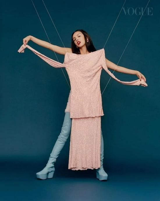 超生代流行女王Olivia Rodrigo 登上《VOGUE》封面…