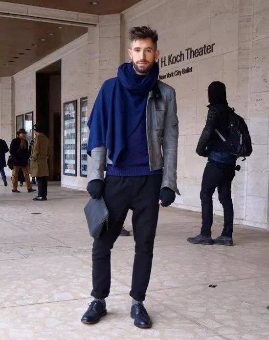 流苏拼接的大披风和单色外套的叠穿look,让你的潇洒不羁走路生风。