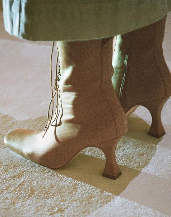 杨超越表演了个寂寞 但她的玛丽珍鞋真在线啊