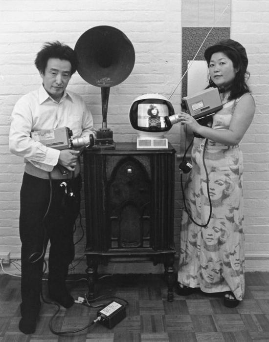 白南准与久保田成子合影© Tom Haar, 1974。 Courtesy of Tom Haar。