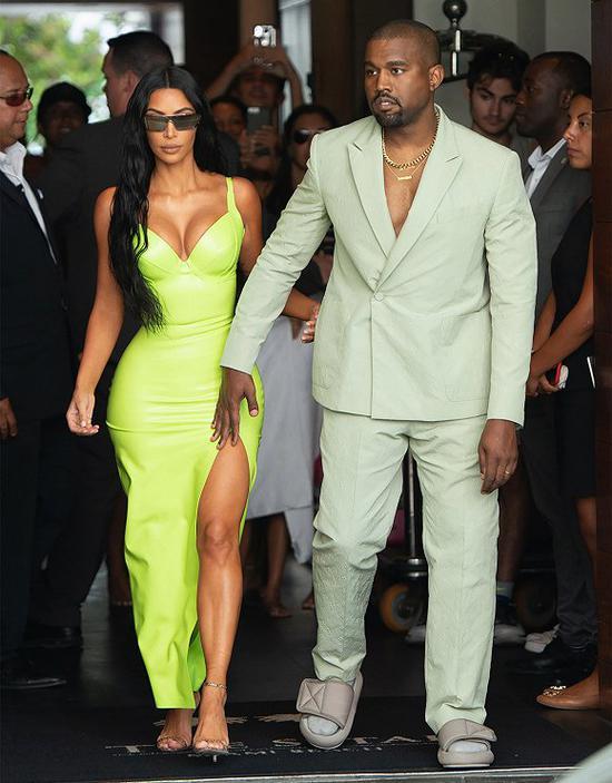 Kanye West在2018年夏天用Yeezy凉鞋配袜子 图片来源:New York Post